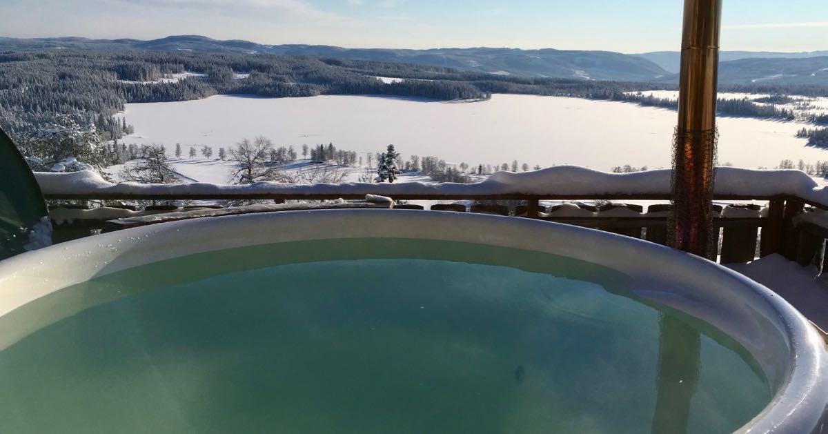 Badestamp uten mennesker, med utsikt mot Ullsjøen