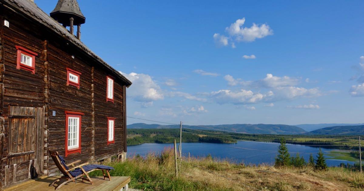 Stabburet har egen platting på baksiden og utsikt mot Ullsjøen