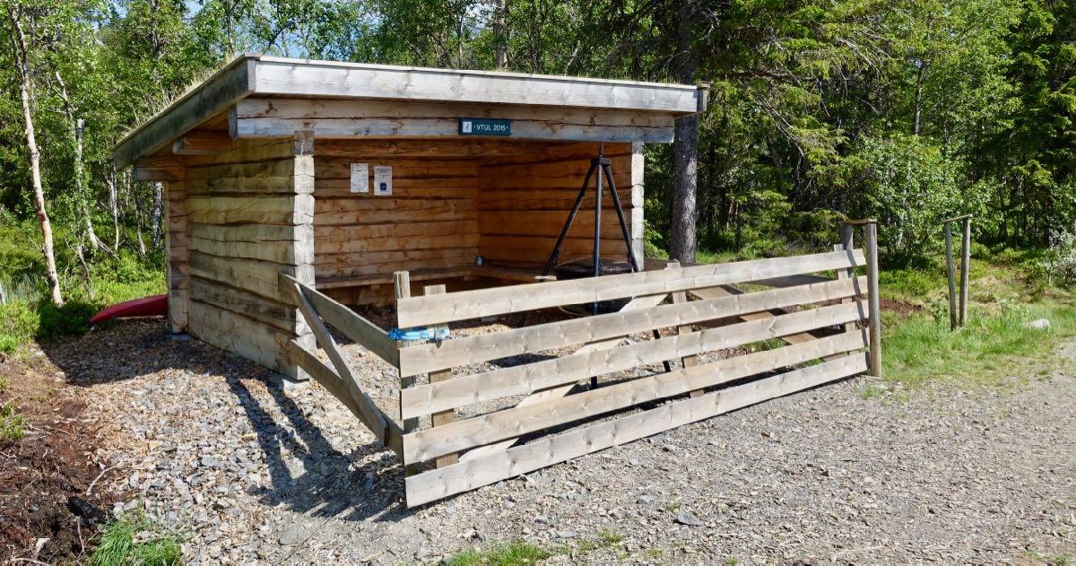 Gapahuk ved Ullsjøen kan brukes til turer og ved bading