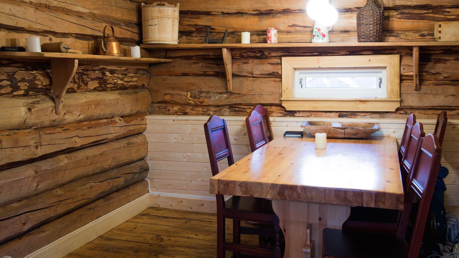 Kjøkkenbordet på Stabburet på Ullsaker utleiehytte