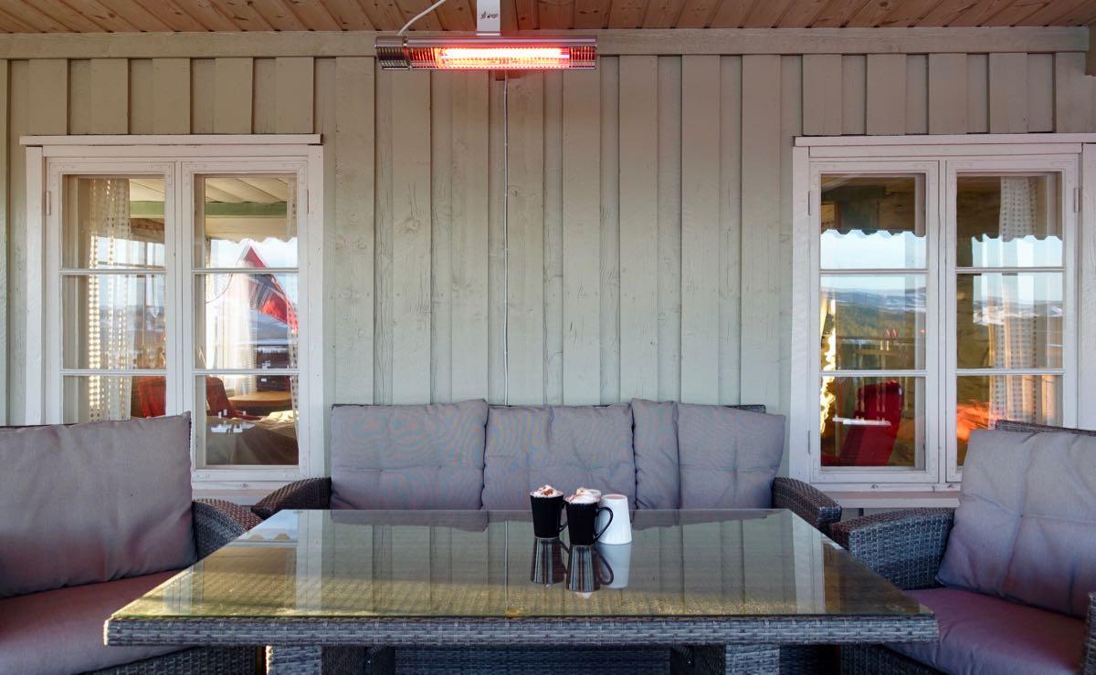Varme i taket gjør selv kjølige dager behagelige på terrassen.