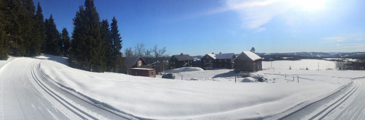 Skiløypene for vinterferien på storhytta Ullsaker går rett over jordet