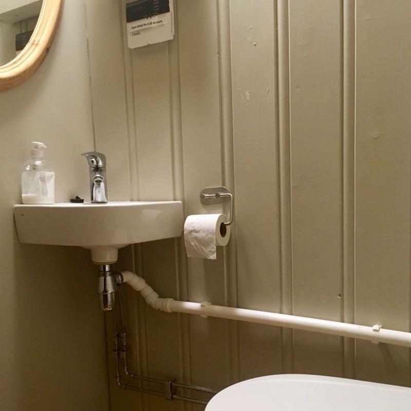 LIte baderom med toalett og vask