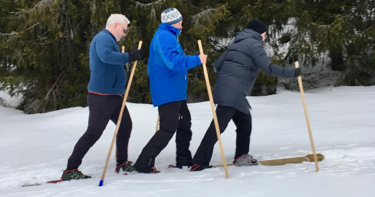 Tre på ett par ski