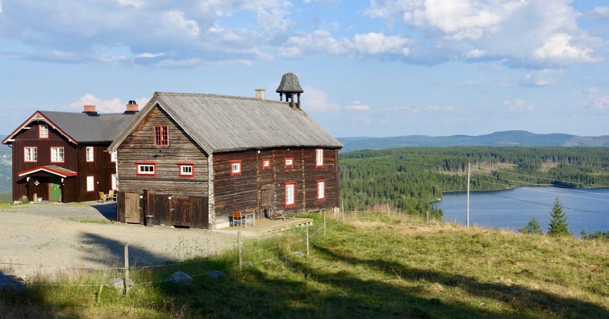 Feriehus Ullsaker består av Stabburet og Hovedhuset med Ullsjøen i bakgrunnen