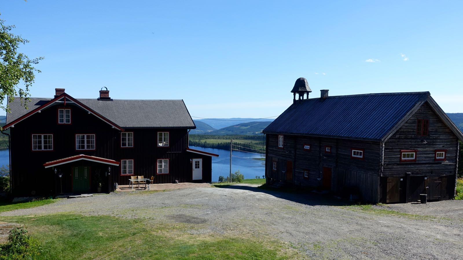 Hovedbygningen og Stabburet på Ullsaker Panorama