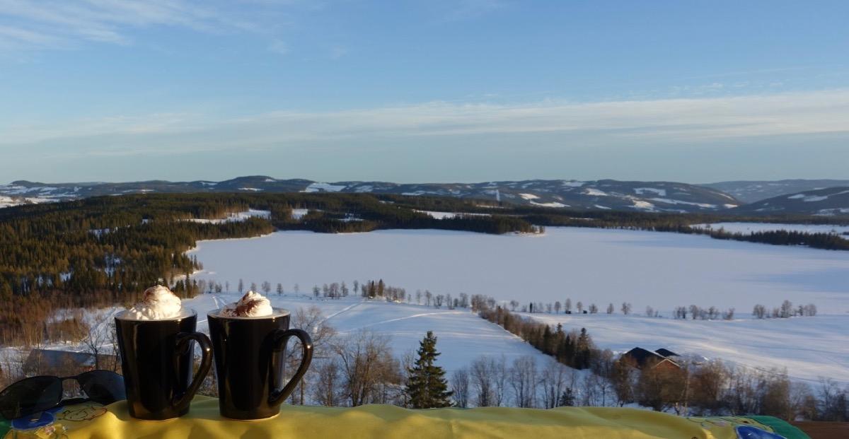 Kaffekopper med Ullsjøen bak
