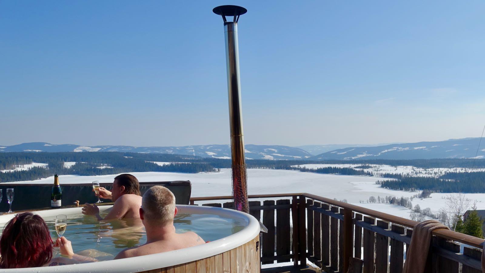 Badestamp med folk og utsikt