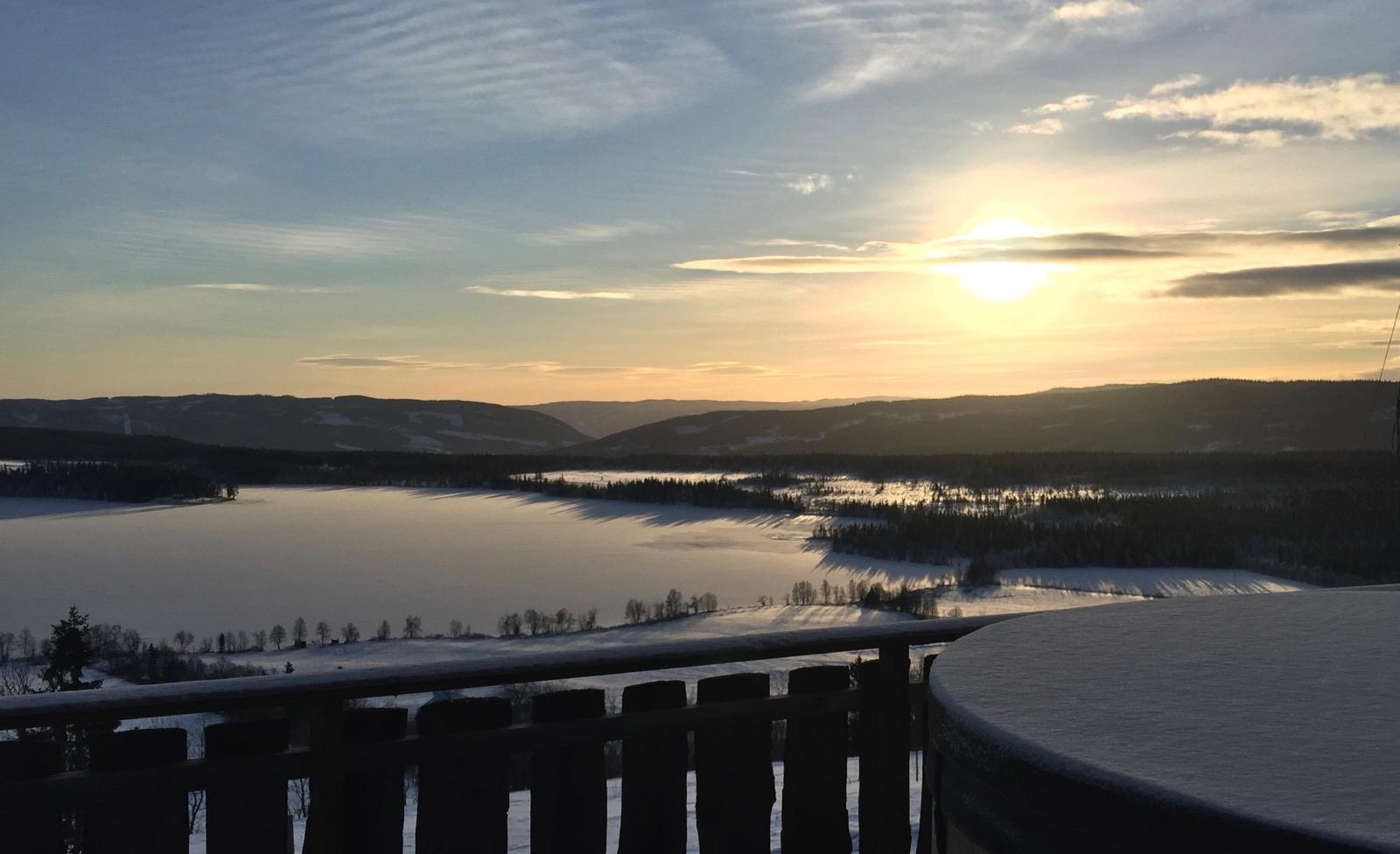 Sol og snø bak badestampen på Ullsaker